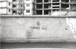 """""""Φτύστε εδώ"""". Σύνθημα σε δρόμο του Βουκουρεστίου Δεκέμβρης '89"""