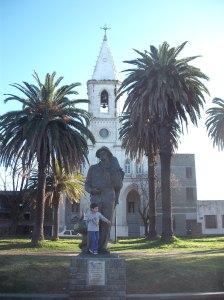 Το άγαλμα του Μετανάστη στη φτωχογειτονιά Cerro κάτω από το οχυρό (σημερινό στρατιωτικό μουσείο) του Μοντεβιδέο. Στη γειτονειά αυτή ήταν εγκατεστημένοι και οι πρώτοι Έλληνες μετανάστες που δούλευαν στα σφαγεία.