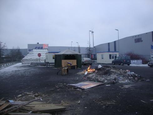 Σε αυτά τα κοντέινερς βρίσκουν καταφύγιο από το κρύο οι εργάτες της περιφρούρησης