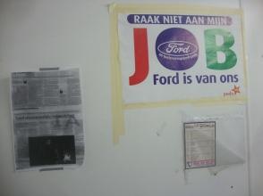 Αφισάκι του PTB (PVDA στα ολλανδικά) μέσα στο κιόσκι της περιφρούρησης