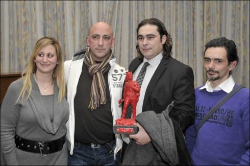 """οι απεργοί Babs, Zidane, Gaby και Salvatore Αλεξίου λαμβάνουν το βραβείο του """"Κόκκινου Ambiorix"""" από το Κόμμα Εργασίας Βελγίου."""